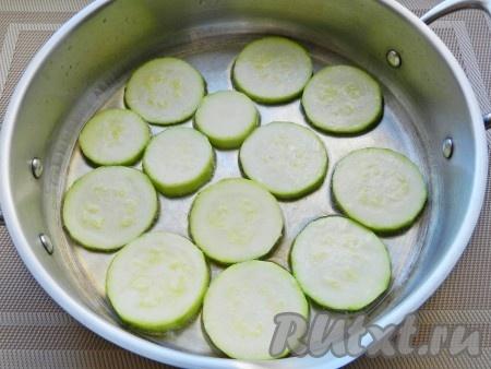 Обжарить кабачки на разогретом растительном масле с двух сторон до золотистого цвета.<br />