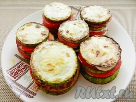 Затем еще раз: кабачки, соус, помидоры, соус, кабачки. Верх смазать соусом и посыпать тертым сыром.