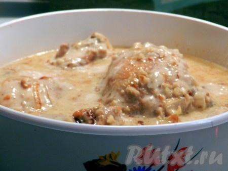 Приготовить соус для курицы. Лук обжарить до золотистого цвета, добавить чеснок, муку, немного обжарить и добавить измельченные грецкие орехи. Залить сливками, перемешать, посолить, поперчить соус по вкусу, добавить щепотку мускатного ореха, довести до кипения и выключить. Вылить соус из грецких орехов в кастрюлю с курицей. Тушить минут 25-30 до готовности.<br />