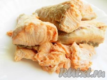 Когда рыбный бульон сварится, семгу из него вытащить, очистить от кожи и костей, бульон процедить.