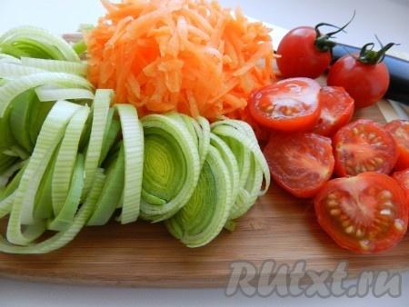 Овощи очистить, нарезать лук и помидоры, морковь натереть на терке.