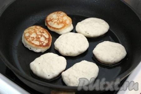 Жарить оладушки обычным способом с двух сторон на раскаленной сковороде с растительным маслом.<br />